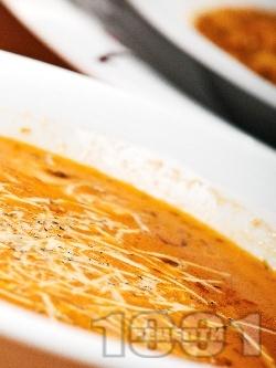 Вегетарианска крем супа от червена леща, картофи и мляко поднесена с настърган кашкавал - снимка на рецептата